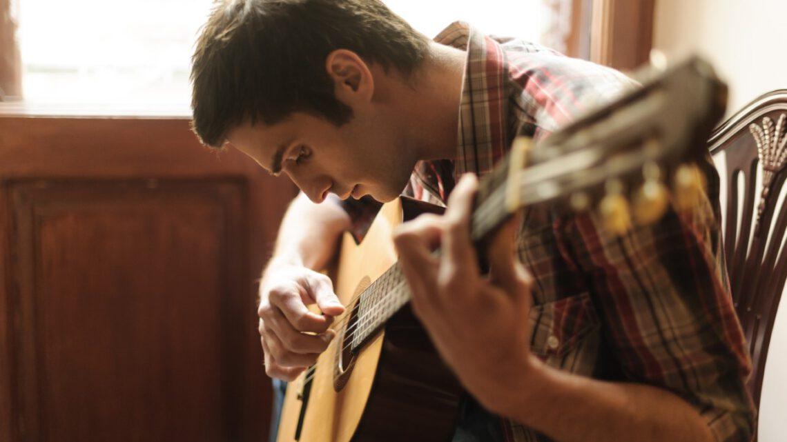 Een aantal tips om snel gitaar te leren spelen